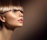 Schoonheidsvrouw met mooie make-up en gezond bruin haar stock afbeelding