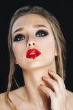 Schoonheidsvrouw met Perfecte Make-up en bruine haren Mooie Professionele Vakantiesamenstelling Rokerige ogen Rode Lippenspijkers royalty-vrije stock afbeeldingen
