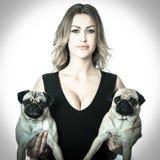 Schoonheidsvrouw met pugs Stock Foto