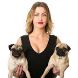 Schoonheidsvrouw met pugs Stock Fotografie