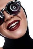 Schoonheidsvrouw met Zonnebril en donkerrode Lippen stock foto