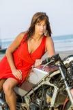 Schoonheidsvrouw op motorfiets royalty-vrije stock afbeelding
