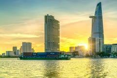 Schoonheidswolkenkrabbers langs stedelijke rivier onderaan vlot licht royalty-vrije stock afbeeldingen