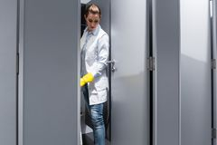 Schoonmaakster of portier die de vloer in toilet dweilen stock foto's