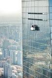 Het schoonmaken van het venster in Shanghai, China royalty-vrije stock afbeeldingen