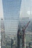 Het schoonmaken van het venster op het Centrum van Financal van de Wereld van Shanghai stock afbeeldingen