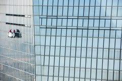 Het schoonmaken van het venster in Shanghai stock afbeeldingen