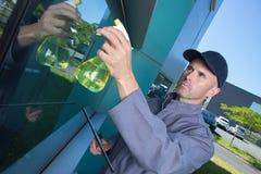 Schoonmakend arbeiders schoonmakende vensters die in openlucht bureau bouwen Stock Fotografie