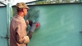 Schoonmakend het metaal, dat zal helpen om het even welk metaalproduct herstellen! stock footage