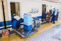 Schoonmakend personeel op de trein die op de ultrasnelle trein van Shinkansen wachten Stock Foto's