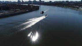 Schoonmakend puin op de rivier stock footage