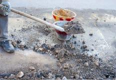 Schoonmakend puin van de weg Stock Afbeeldingen