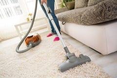 Schoonmakend tapijt in woonkamer stock afbeeldingen