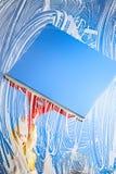 Schoonmakend venster met rubberschuiver blauwe hemel Stock Afbeelding