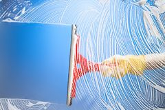 Schoonmakend venster met rubberschuiver blauwe hemel Royalty-vrije Stock Fotografie