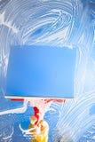 Schoonmakend venster met rubberschuiver blauwe hemel Royalty-vrije Stock Afbeelding