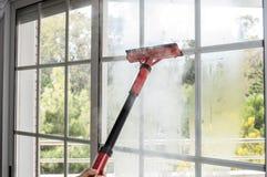 Schoonmakend venster met stoom Royalty-vrije Stock Fotografie