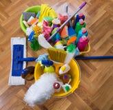 Schoonmakend voorraden en materiaal op vloer stock afbeelding