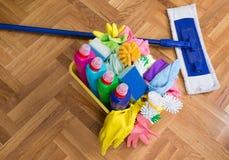 Schoonmakend voorraden en materiaal op vloer stock foto