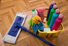 Schoonmakend voorraden en materiaal op vloer stock afbeeldingen