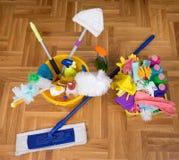 Schoonmakend voorraden en materiaal op vloer stock foto's