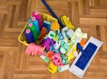Schoonmakend voorraden en materiaal op vloer stock fotografie
