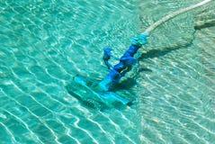 Schoonmakend zwembad Stock Foto's