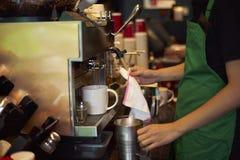 Schoonmakende de koffiemachine van de koffiewinkel Royalty-vrije Stock Foto's