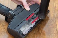 Schoonmakende durty stofzuigerborstel Stof bij de schonere borstel Het schoonmaken concept stock afbeeldingen