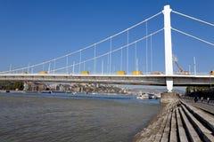 Schoonmakende Elizabeth Bridge in Boedapest Stock Afbeeldingen