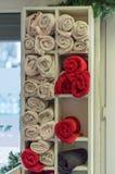 Schoonmakende handdoeken in rode en witte kleur in een schoonheidssalon Royalty-vrije Stock Foto's