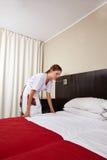 Schoonmakende het hotelruimte van het huishoudenmeisje Stock Afbeelding