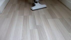 Schoonmakende houten vloer stock videobeelden