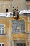 Schoonmakende huiskroonlijst van sneeuw en ijs Royalty-vrije Stock Fotografie