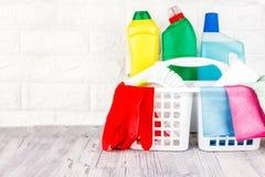Schoonmakende hulpmiddelen - vloeistof, deeg, gel in plastic containers Borstel, spons, microfiber servet en rode rubberhandschoe royalty-vrije stock afbeeldingen