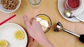 Schoonmakende mixerkruik van kaas terwijl het maken van een gezonde en voedzame smoothie stock videobeelden