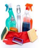 Schoonmakende nevelproducten met handschoenen, sponsen en een borstel stock afbeeldingen