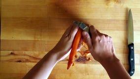 Schoonmakende oranje wortel, maaltijdvoorbereiding stock video