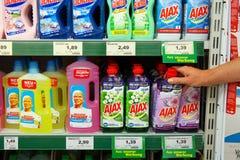 Schoonmakende producten in een opslag stock fotografie
