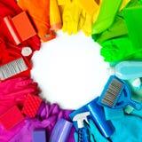 Schoonmakende producten en hulpmiddelen verschillende kleuren die op witte achtergrond worden geïsoleerd stock fotografie