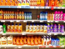 Schoonmakende producten in supermarkt Stock Afbeelding