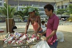 Schoonmakende stad en recyclingsblikken, Rio de Janeiro stock foto's