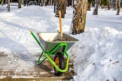 Schoonmakende stoepen die van sneeuw, zand bestrooien royalty-vrije stock afbeelding