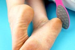 Schoonmakende voetvoeten met een zaag of een borstel Het schoonmaken van de voeten van de paddestoel royalty-vrije stock foto's