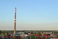 Schoorsteen in de industriezone Stock Fotografie
