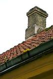 Schoorsteen en dak van een tegel Royalty-vrije Stock Foto