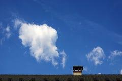 Schoorsteen en een wolk Stock Foto's