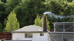 Schoorsteen en rook stock footage