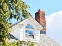 Schoorsteen en venster royalty-vrije stock afbeelding