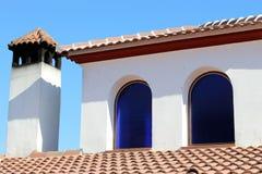 Schoorsteen met blauwe vensters en hemel Stock Afbeelding